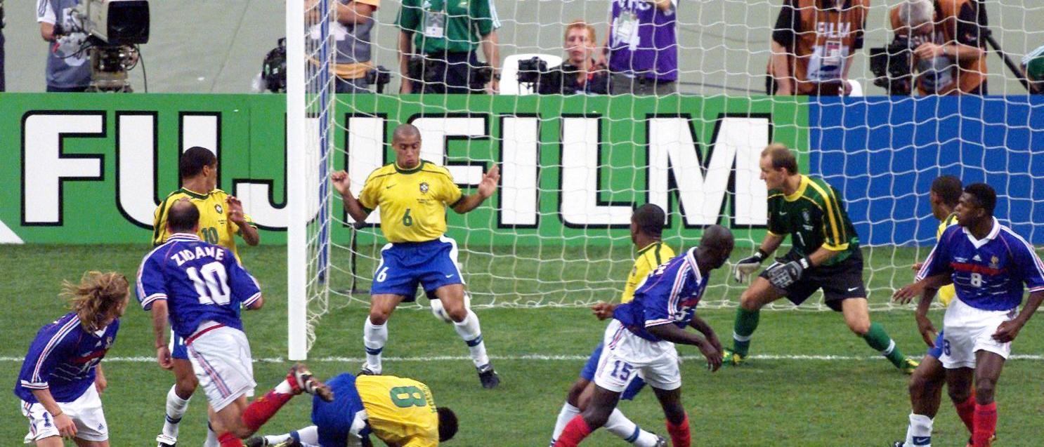 custom-Custom_Size___7776002496_zinedine-zidane-et-roberto-carlos-n-6-bresilien-en-finale-du-mondial-1998